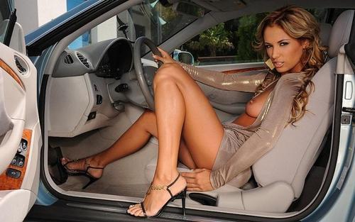 golie-v-avtomobile-foto